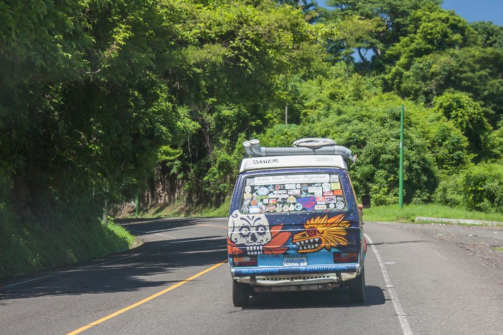 Caravanagoning from Guatemala to El Salvador.