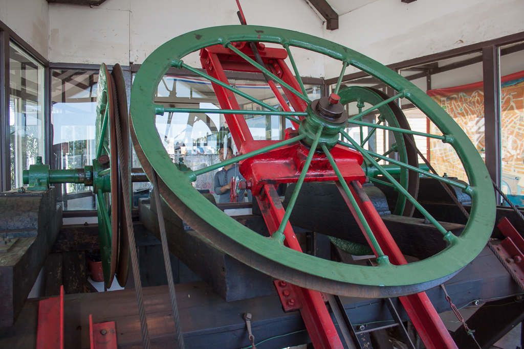 The wheels that run the ascensor.